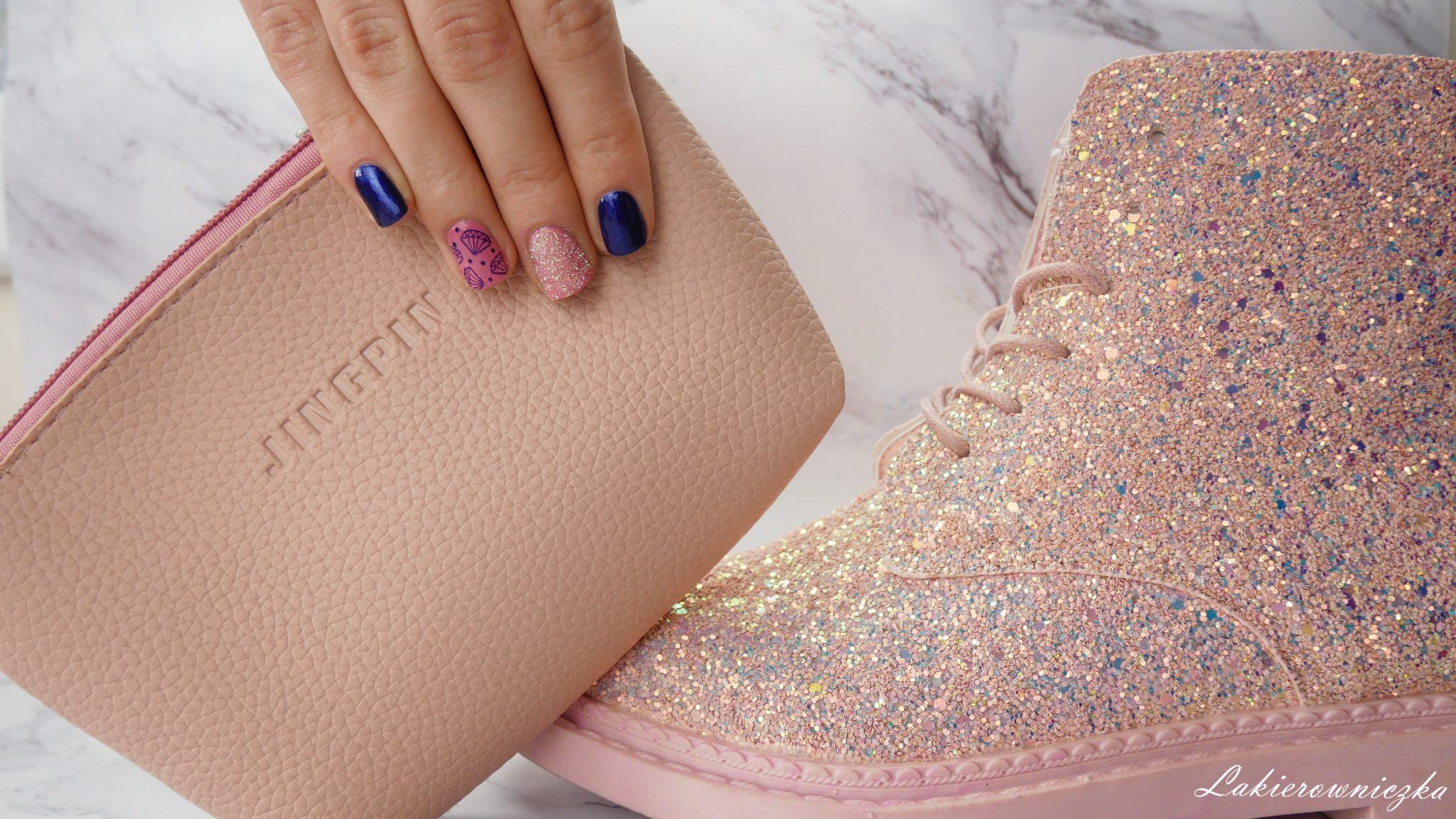 rozowy-zestaw-trebek-brokatowe-buty-z-Gamiss-shiny-shoes-paznokcie-roz-Sally-Hansen-granat-Semilac-Lakierowniczka-brokatowe buty z Gamiss