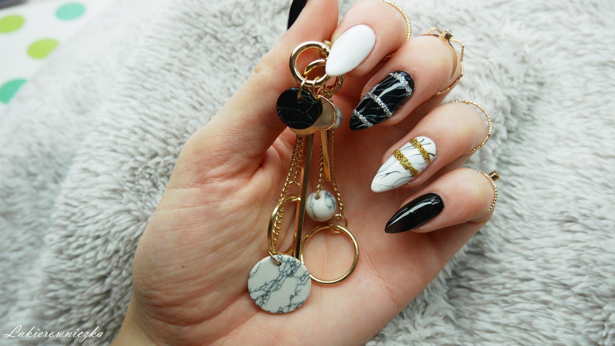 Marmur-z-Rosegal-paznokcie-hybrydowe-w-marmurek-hybrydy-zloty-srebrny-brokat-Lakierowniczka-mala-czarna-torebka-z-lancuchem-bag-earings-jacket-rings-gold