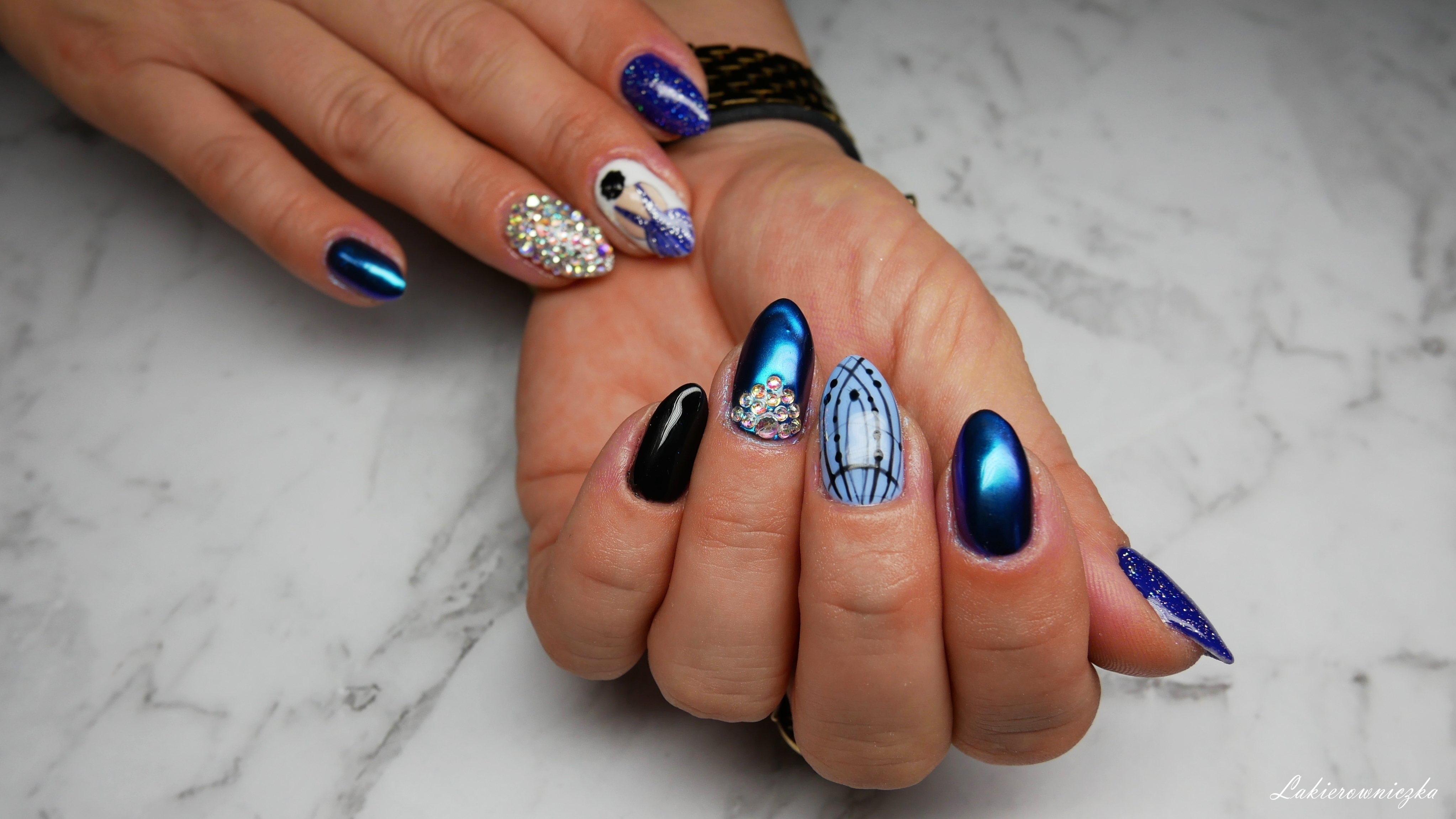 niebieska-kobieta-stojaca-tylem-na-paznokciach-hybrydowych-wishlist-fashionmia-lakierowniczka-kocie-oko-cateye-hybrid-Provocater-103