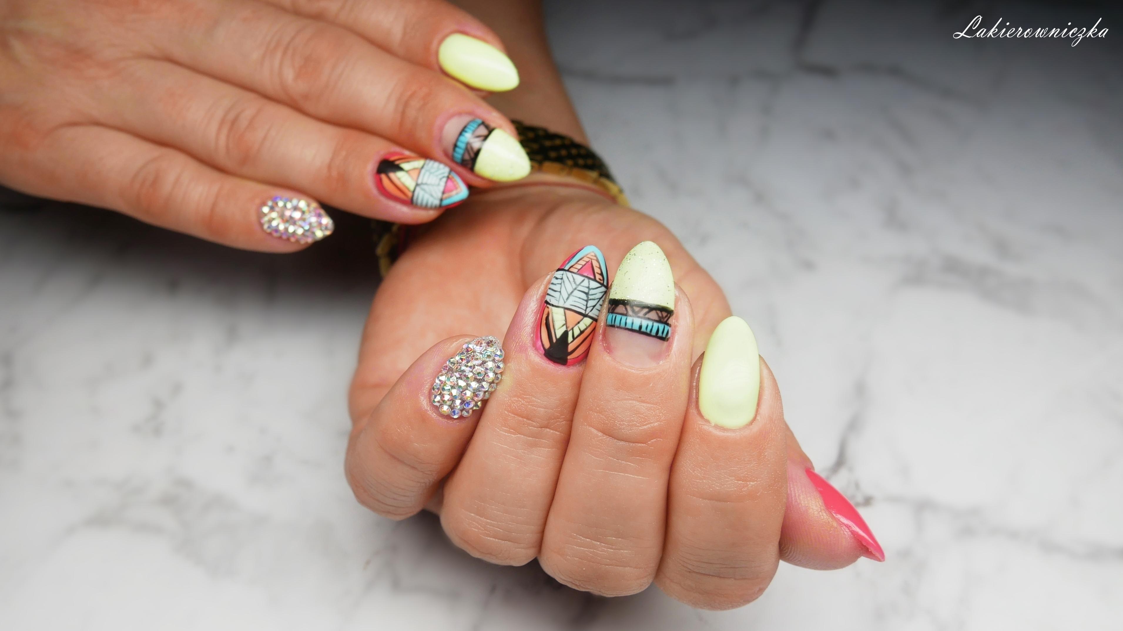 matowe-azteckie-paznokcie-limonka-Charbonne-109-wiosenna-limonka-aztec-hybrid-nails-matte-Lakierowniczka-Swarovski