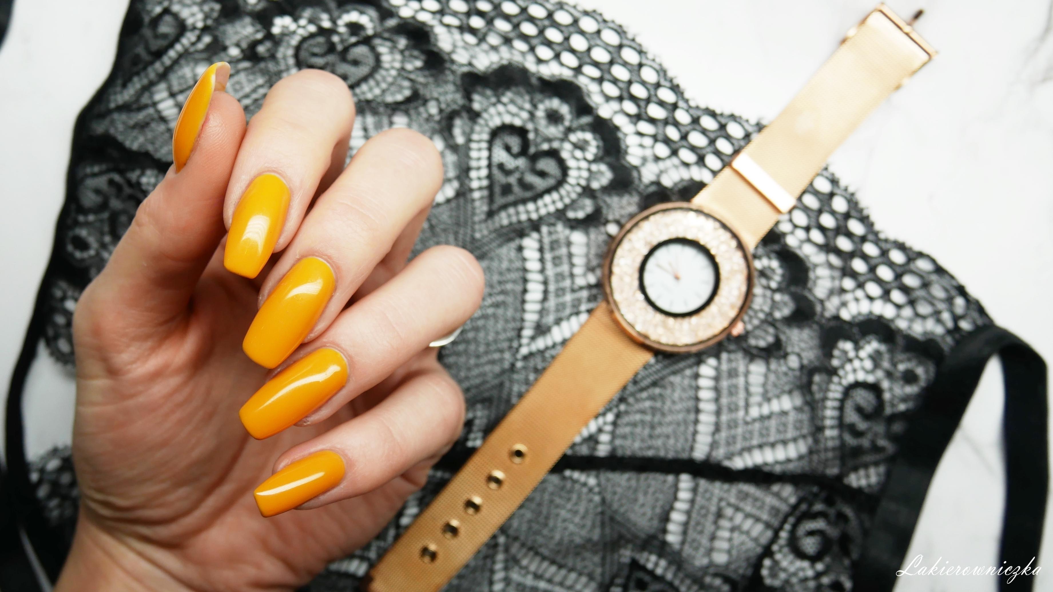 musztardowe-paznokcie-na-wiosne-hybrydy-Constance-carroll-128-Lakierowniczka-nowosci-haul-Rosegal-zegarek-rosegold-watch-torebka-mala-czarna-koronkowy-top-musztardowe paznokcie