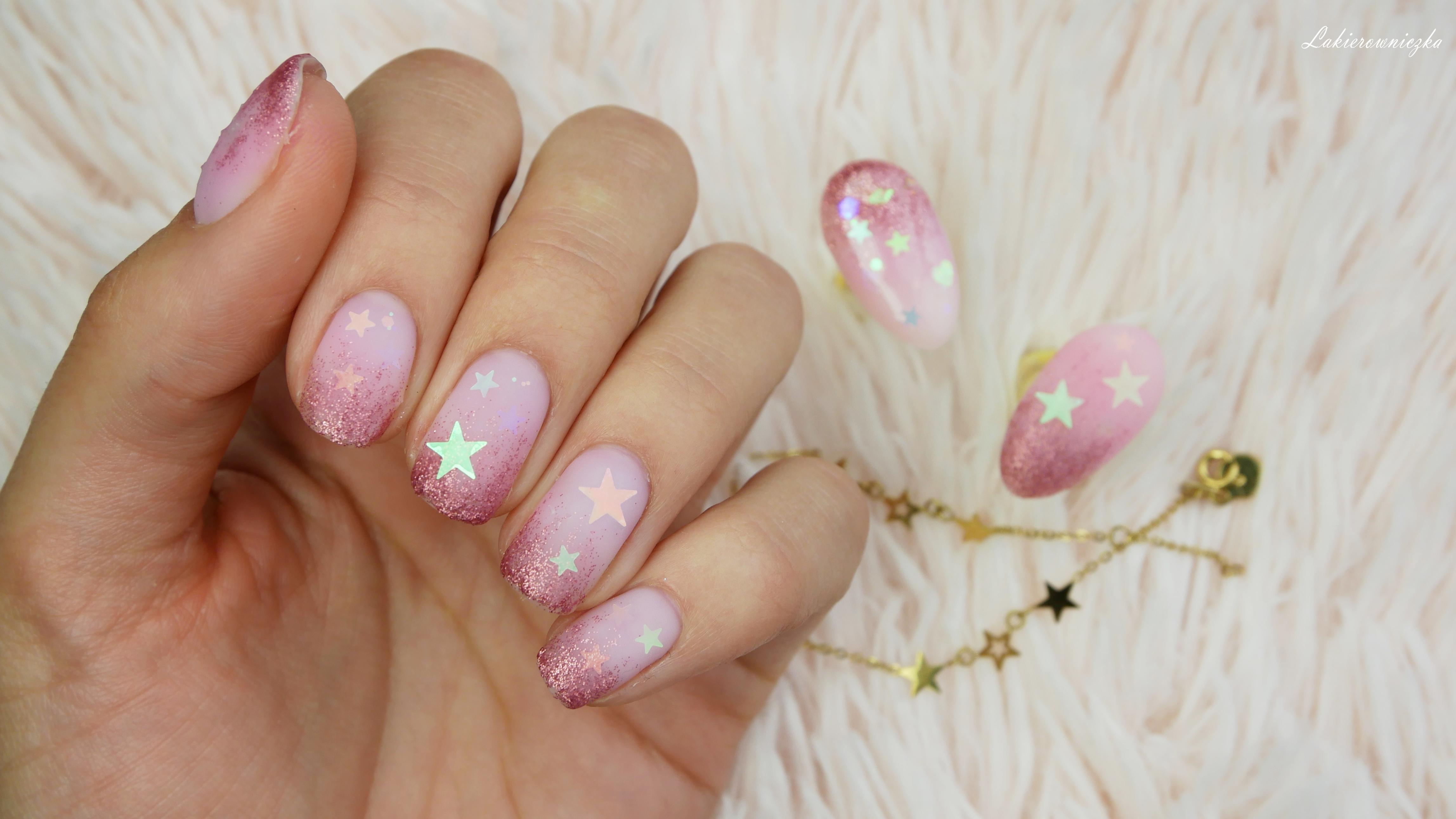 Pastelowy-roz-z-brokatem-sklep-Raisin-jasne-paznokcie-Nails-company-I-do-romance-wedding-w-macie-Lakierowniczka-pastelowy róż z brokatem