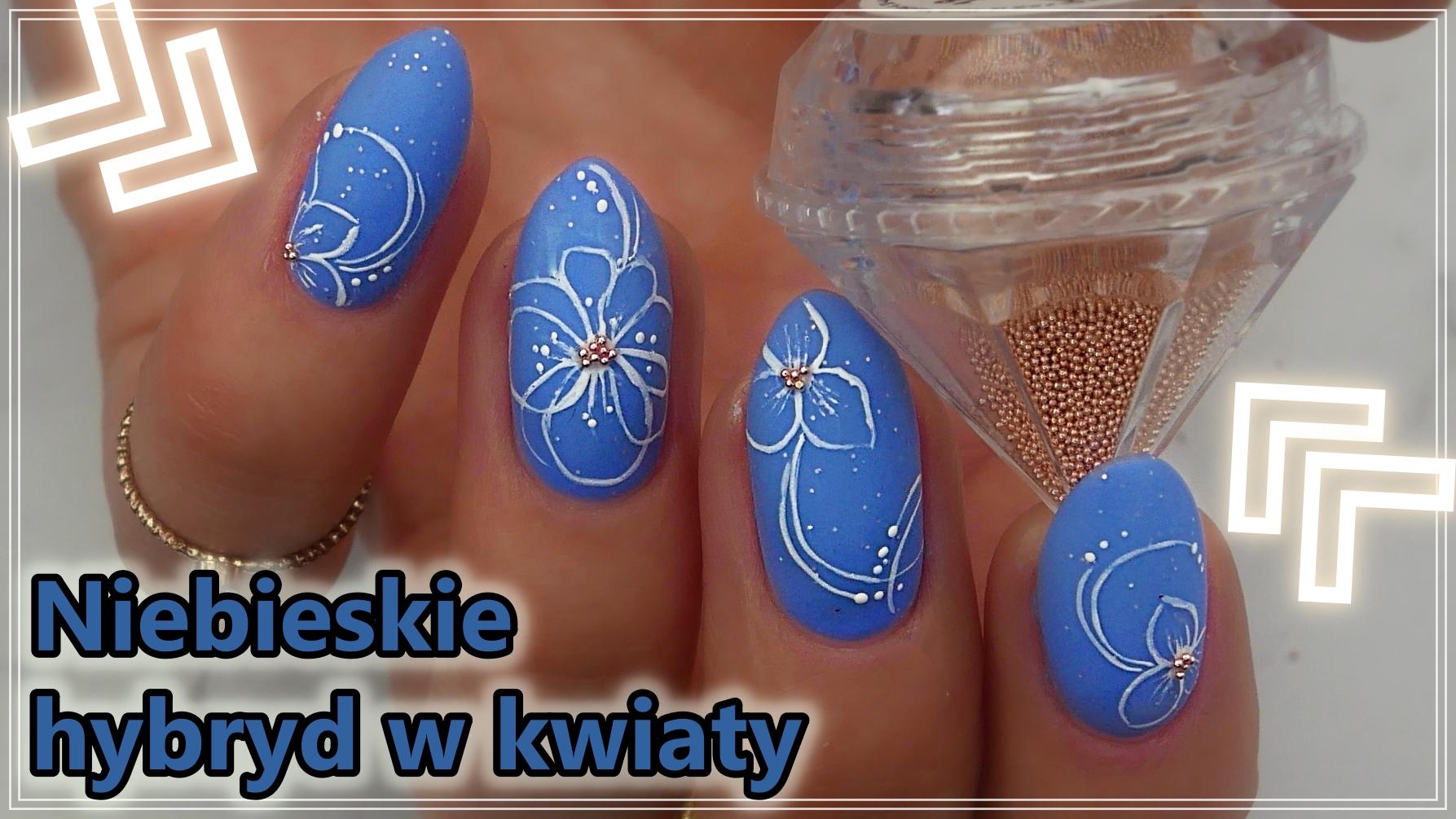 niebieskie-paznokcie-w-kwiaty-biale-Slowianka-Lakierowniczka